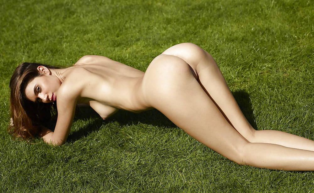 Victoria's secret model, edita goes completely naked on beach